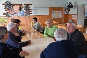 Les bénévoles réunis autour d'un repas