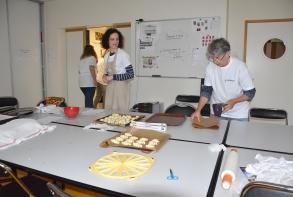 Au Tremplin, préparation des bouchées et des desserts