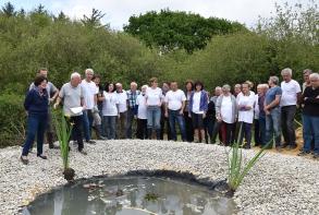 Inauguration de la mare par le maire, avec des élus et tous les bénévoles des différents ateliers