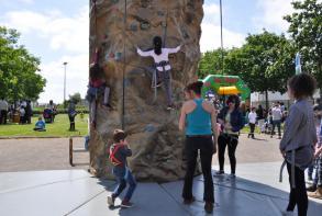 Les enfants font la queue au mur d'escalade...