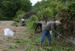 Nettoyage/désherbage du terrain du comité de quartier de Launivier