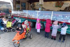 Balade sur le marché pour les enfants du multi-accueil