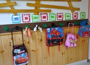 Cartables d'enfants accrochés aux porte-manteaux à l'école